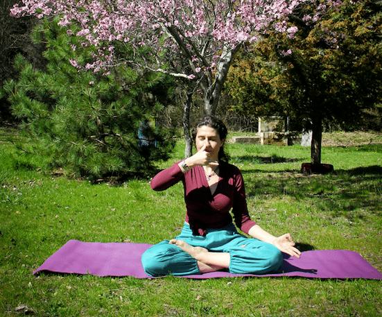 demostración de yoga ayurvédico con minerva tejero especialista en terapias ayurveda yoga ayurvédico desarrollo personal y empoderamiento femenino